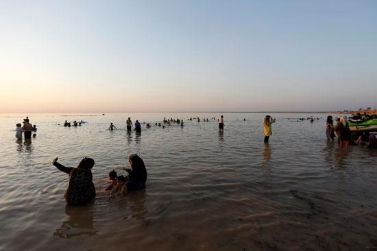 عراقيون يهربون من الحر الشديد بالسباحة فى بحيرة الحبانية (1)
