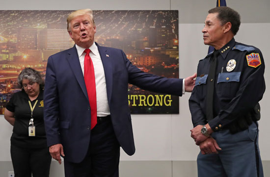الرئيس-ترامب-يتحدث-مع-أحد-فريق-الطوارئ