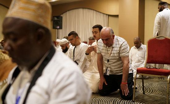 43176-شحادة-السناوي-أحد-المصابين-في-إطلاق-النار-على-مسجد-كرايستشيرش-،-يصلى-خلال-الحج