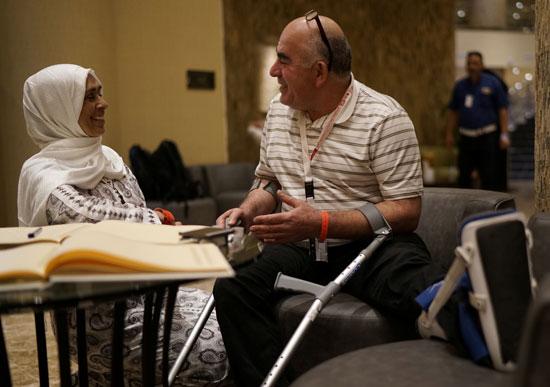 47135-شحادة-السناوي-أحد-المصابين-في-إطلاق-النار-على-مسجد-كرايستشيرش-،-يتحدث-مع-نائلة-حسن
