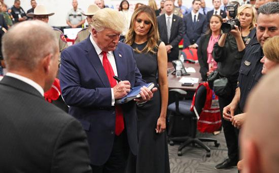ترامب-وزوجته-ميلانيا-وسط-المسجيبين-الاوائل