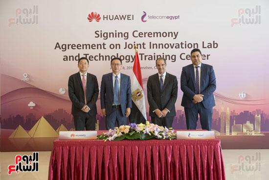 وزير الاتصالات يشهد توقيع اتفاقية تعاون بين المصرية للاتصالات وهواوى العالمية (2)