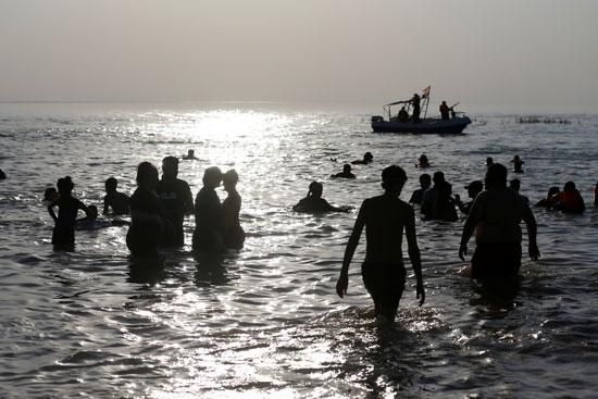عراقيون يهربون من الحر الشديد بالسباحة فى بحيرة الحبانية (4)