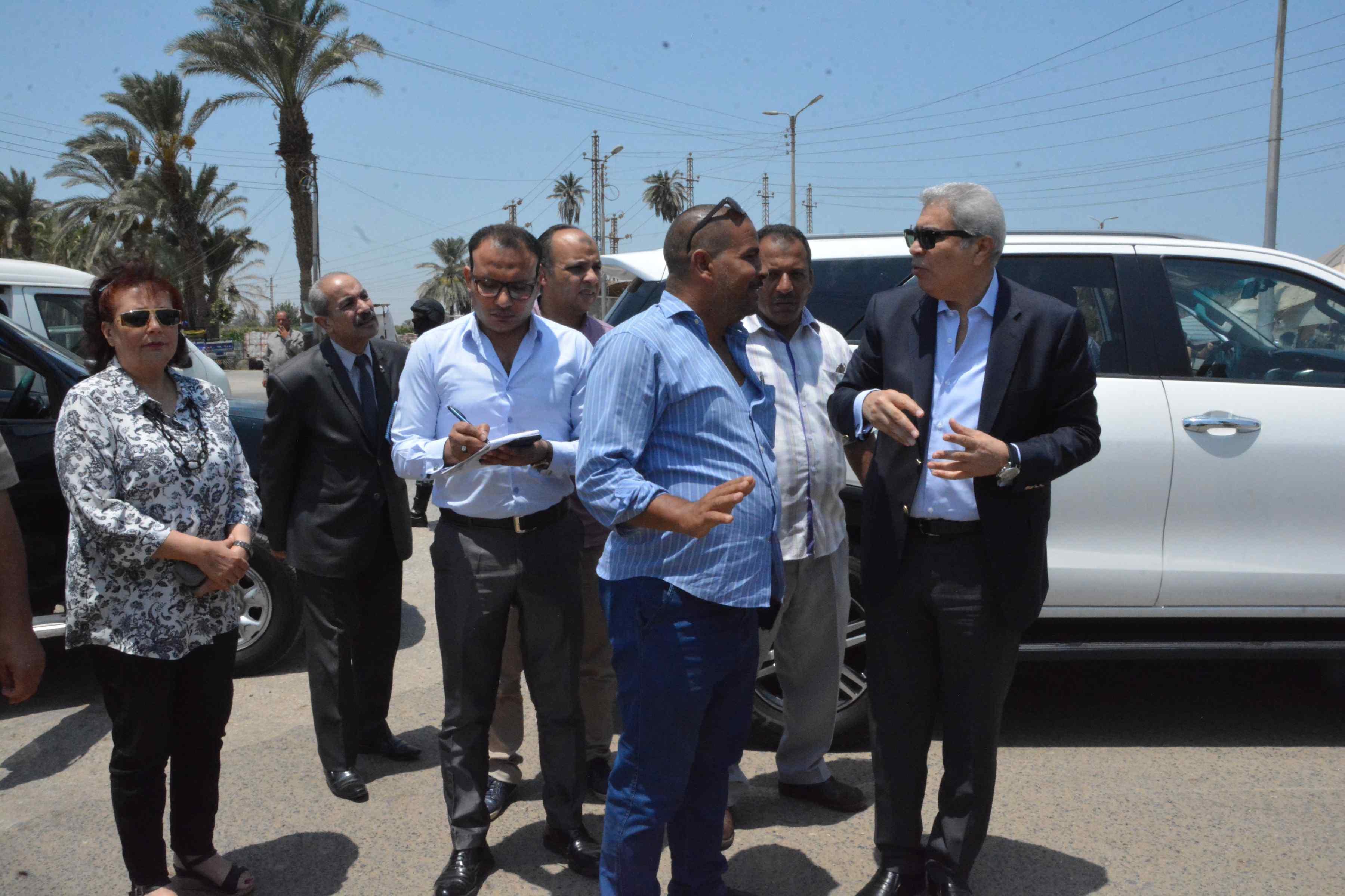محافظ المنيا يوجه بإزالة فورية لتعد على حرم الطريق (1)