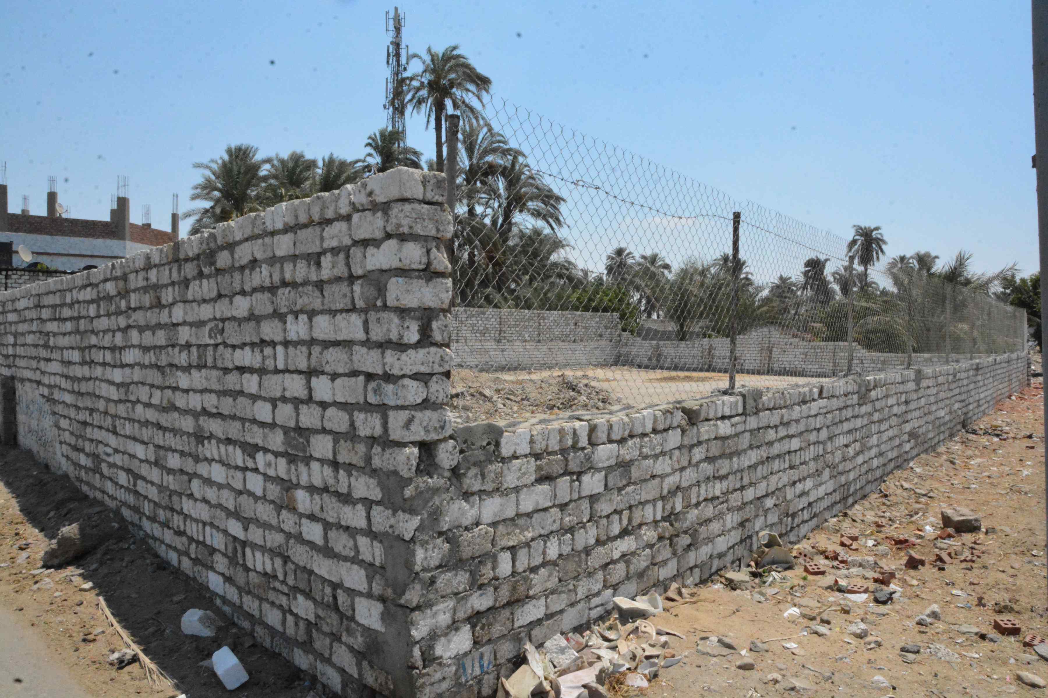 محافظ المنيا يوجه بإزالة فورية لتعد على حرم الطريق (2)