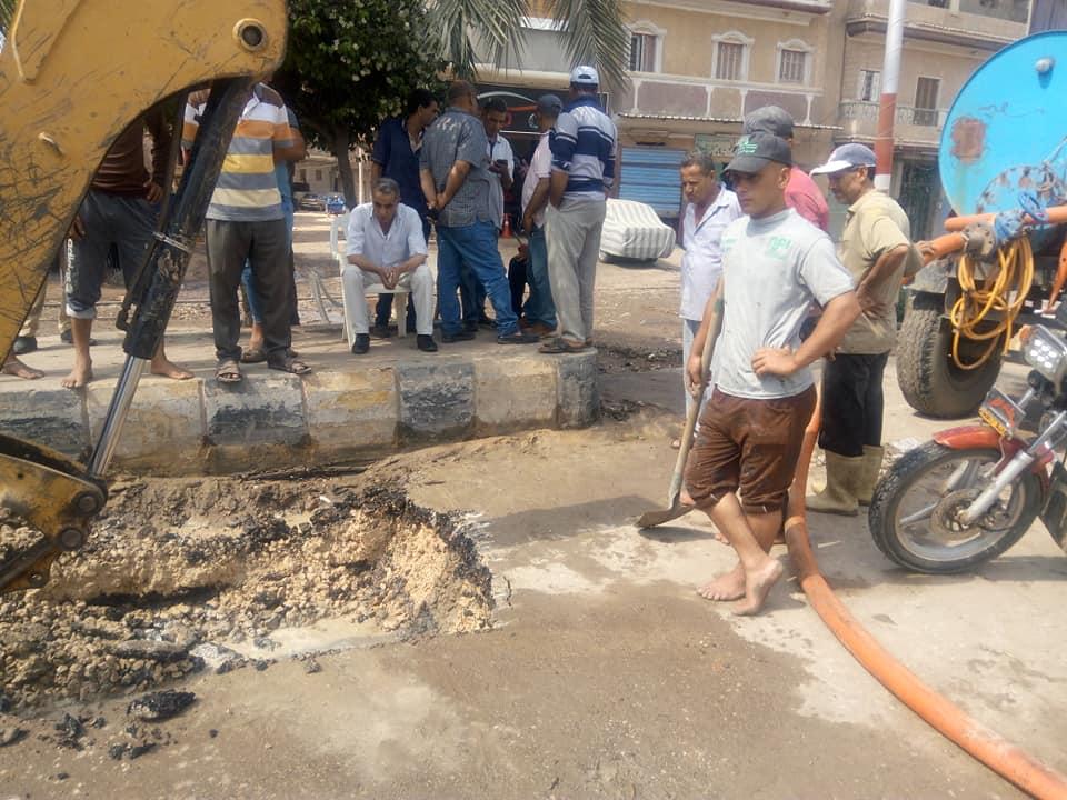 قافلة لتوفير السلع الغذائية واللحوم ومستلزمات المددارس واصلاح خط مياه على طريق فوع دسوق  (6)