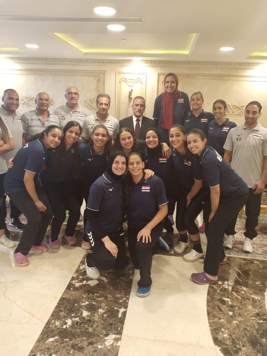 محافظ الإسماعيلية يستقبل المنتخب المصرى للناشئات للكرة الطائرة بمعسكرهم استعدادًا لكأس العالم (3)