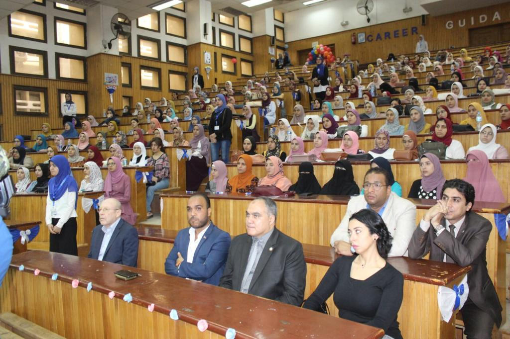 رئيس جامعة طنطا يفتتح منتدى التأهيل المهنى لطلاب كلية الصيدلة (4)