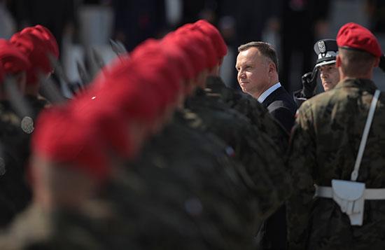 رئيس بولندا أمام الجنود المشاركين فى العرض العسكرى