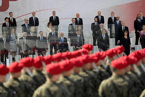 القادة المشاركين يقفون أثناء العرض العسكرى