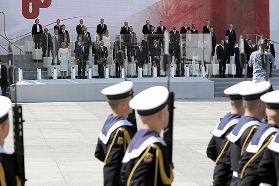 القادة المشاركين أثناء أحد العروض العسكرية