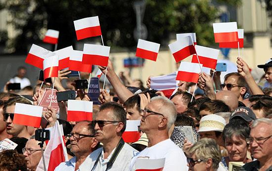 مواطنين يلوحون بالأعلام البولندية