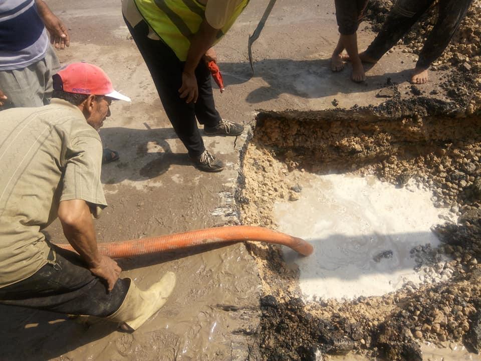 قافلة لتوفير السلع الغذائية واللحوم ومستلزمات المددارس واصلاح خط مياه على طريق فوع دسوق  (5)