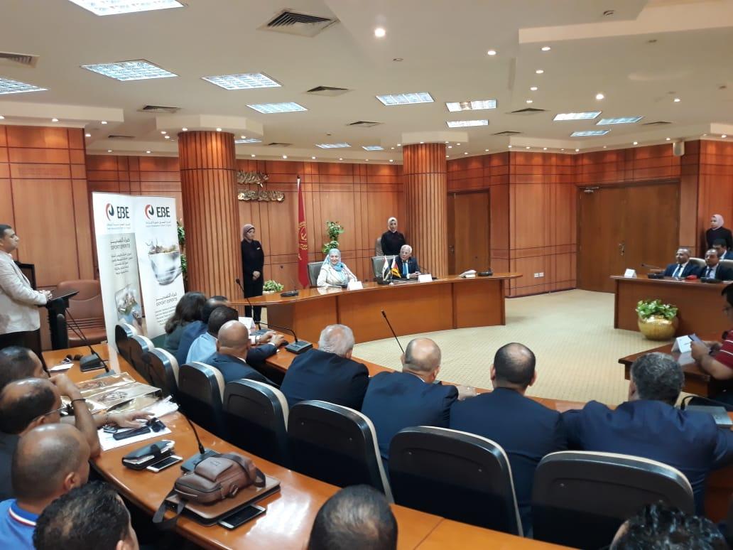 محافظ بورسعيد يوقع بروتوكولا لتمويل تمليك 58 مصنعًا للشباب (3)