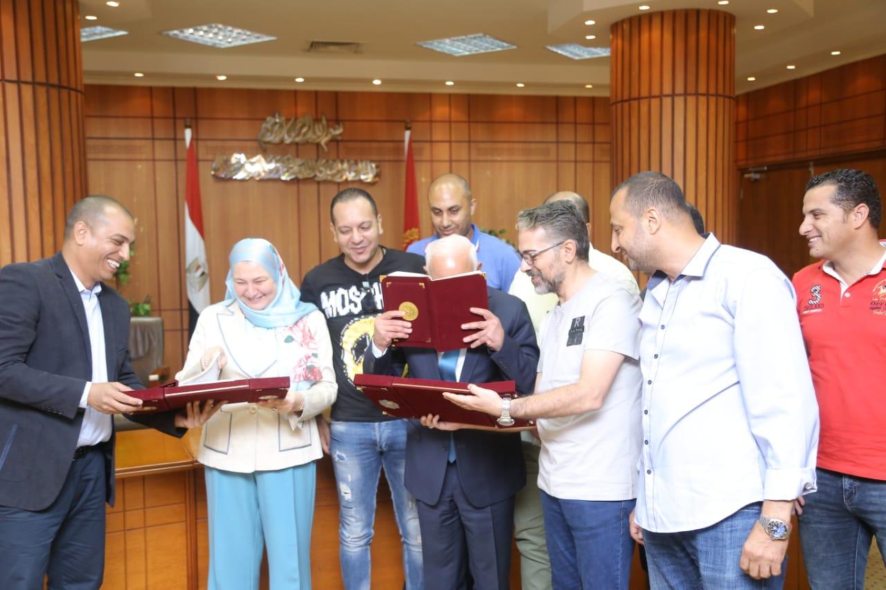 محافظ بورسعيد يوقع بروتوكولا لتمويل تمليك 58 مصنعًا للشباب (2)