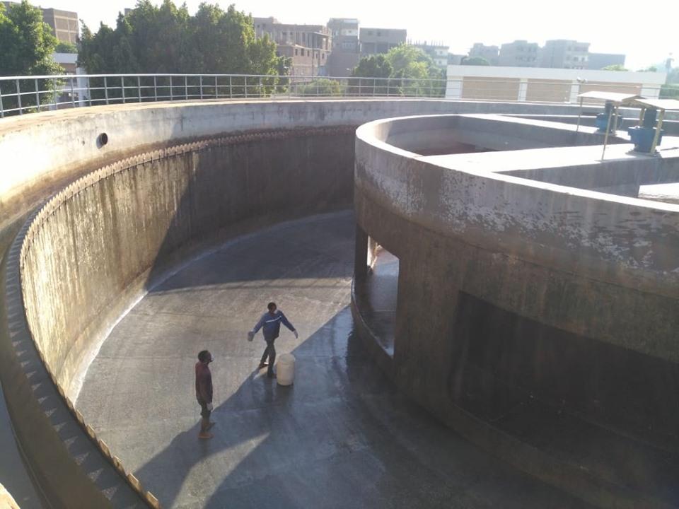 شركة مياة الأقصر تجري أعمال غسيل وتعقيم مروقات محطة مياه الشرب الكبرى بأرمنت (5)