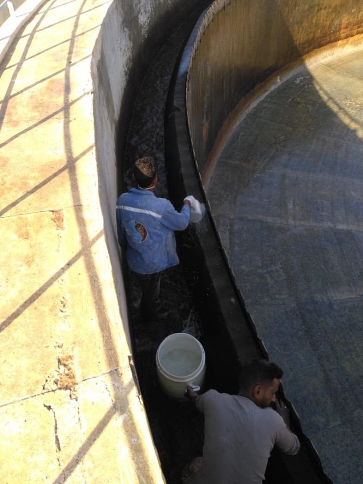 شركة مياة الأقصر تجري أعمال غسيل وتعقيم مروقات محطة مياه الشرب الكبرى بأرمنت (7)