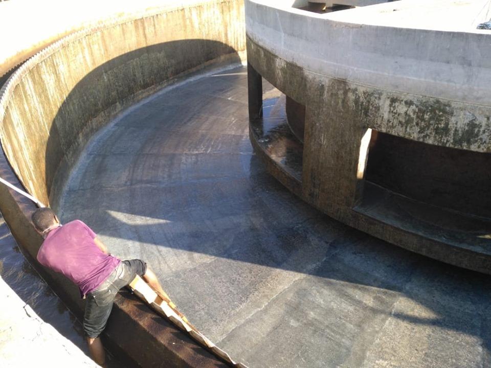 شركة مياة الأقصر تجري أعمال غسيل وتعقيم مروقات محطة مياه الشرب الكبرى بأرمنت (4)