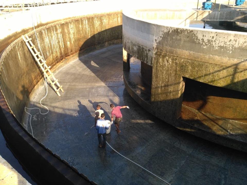 شركة مياة الأقصر تجري أعمال غسيل وتعقيم مروقات محطة مياه الشرب الكبرى بأرمنت (6)