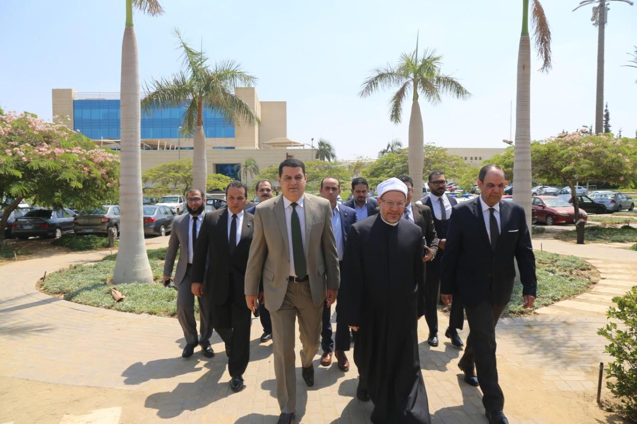 الدكتور شوقى علام  مفتى الديار المصريه  خلال زيارة لجهاز حماية المستهلك  (1)