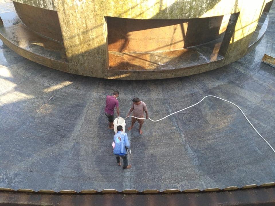 شركة مياة الأقصر تجري أعمال غسيل وتعقيم مروقات محطة مياه الشرب الكبرى بأرمنت (1)