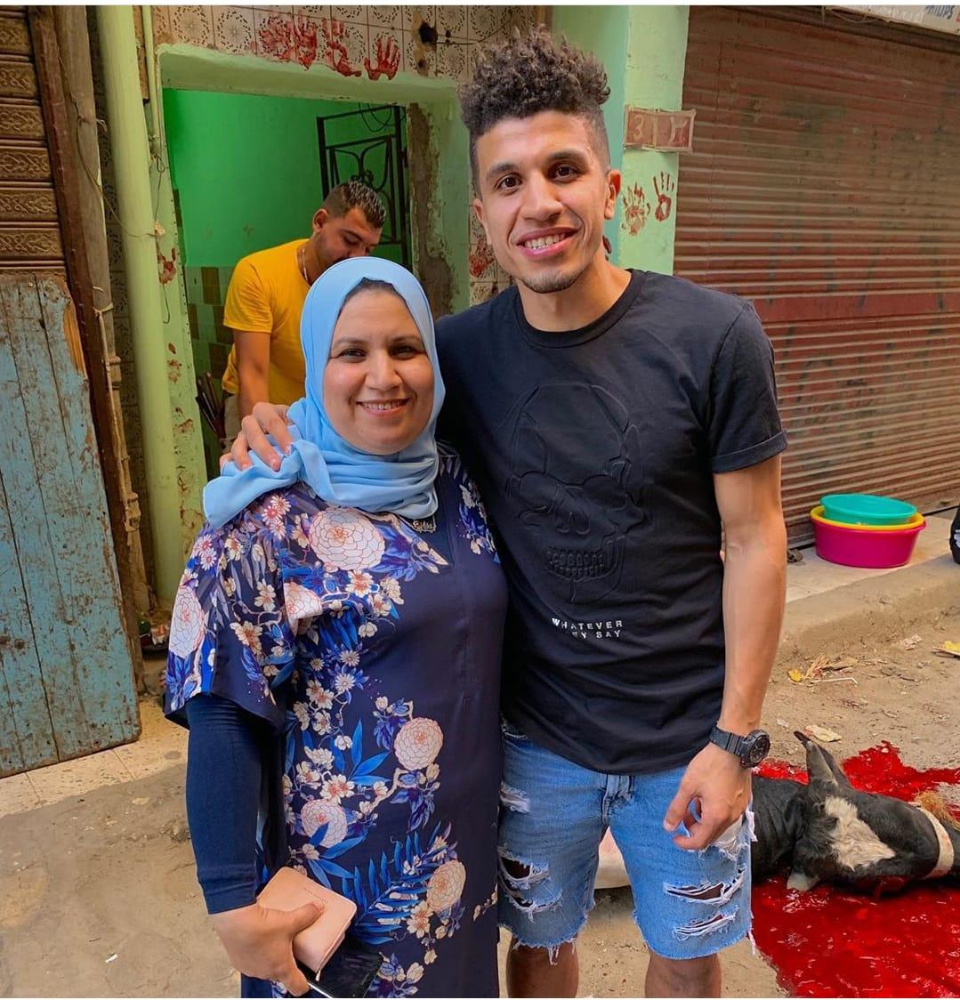 محمد عبد الغنى مع والدته  (1)