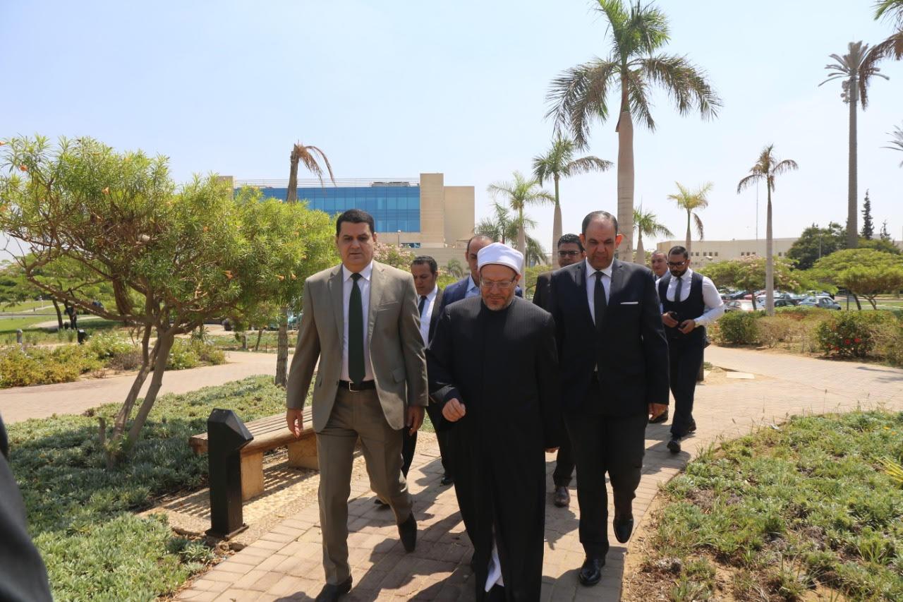 الدكتور شوقى علام  مفتى الديار المصريه  خلال زيارة لجهاز حماية المستهلك  (2)