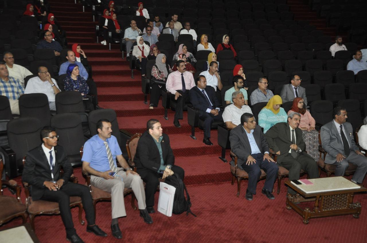 رئيس جامعة قناة السويس يعرض ملف التحول الرقمي في اجتماع موسع بحضور 5 شركات تكنولوجية كبرى (1)