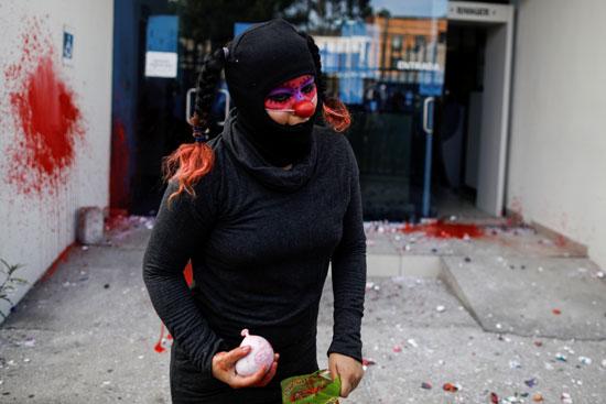 فتاة تحمل بالونة ألوان