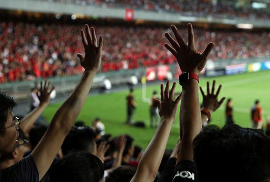 الجماهير تشجع منتخب هونج كونج فى مباراتها أمام إيران
