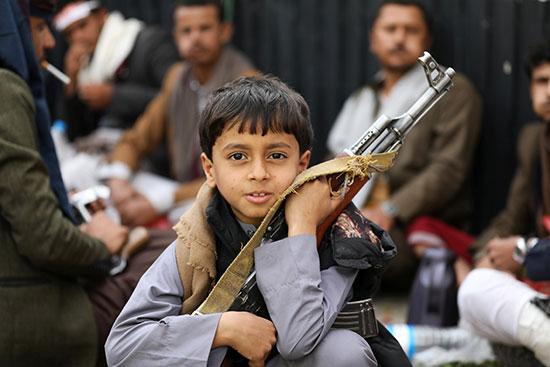 طفل يحمل السلاح
