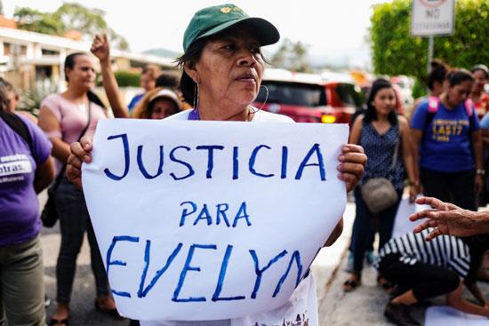 سيدات يتظاهرن بمحيط مكتب المدعى العام