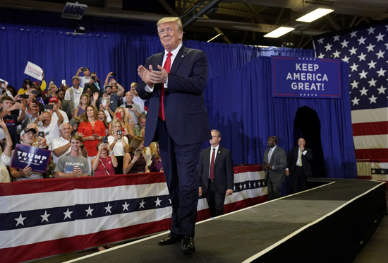 ترامب يحيى الحضور