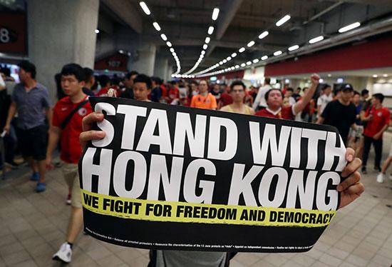 نحارب من أجل الحرية والديمقراطية.. رسالة دعم من مشجع للمتظاهرين
