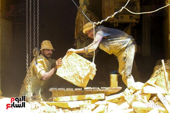 عمال ينقلون الاحجار