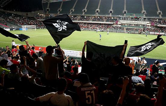 أعلام سوداء تهيمن على الاستاد