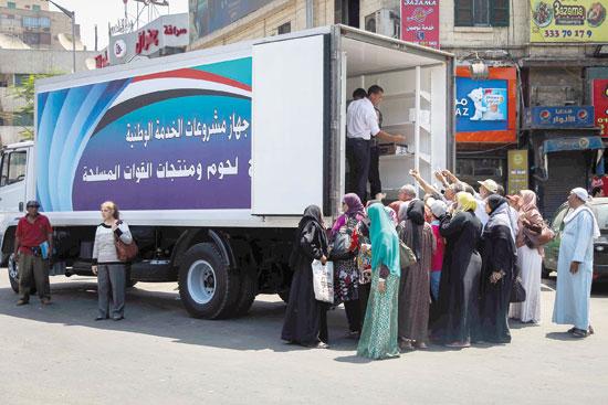 عربة-القوات-المسلحه-تبيع-منتجات-اللحوم-والخضروات-بأسعار-مخفضه-للمواطنين-في-ميدان-الدقي-تصوير-محمد-الحصرى-(3)