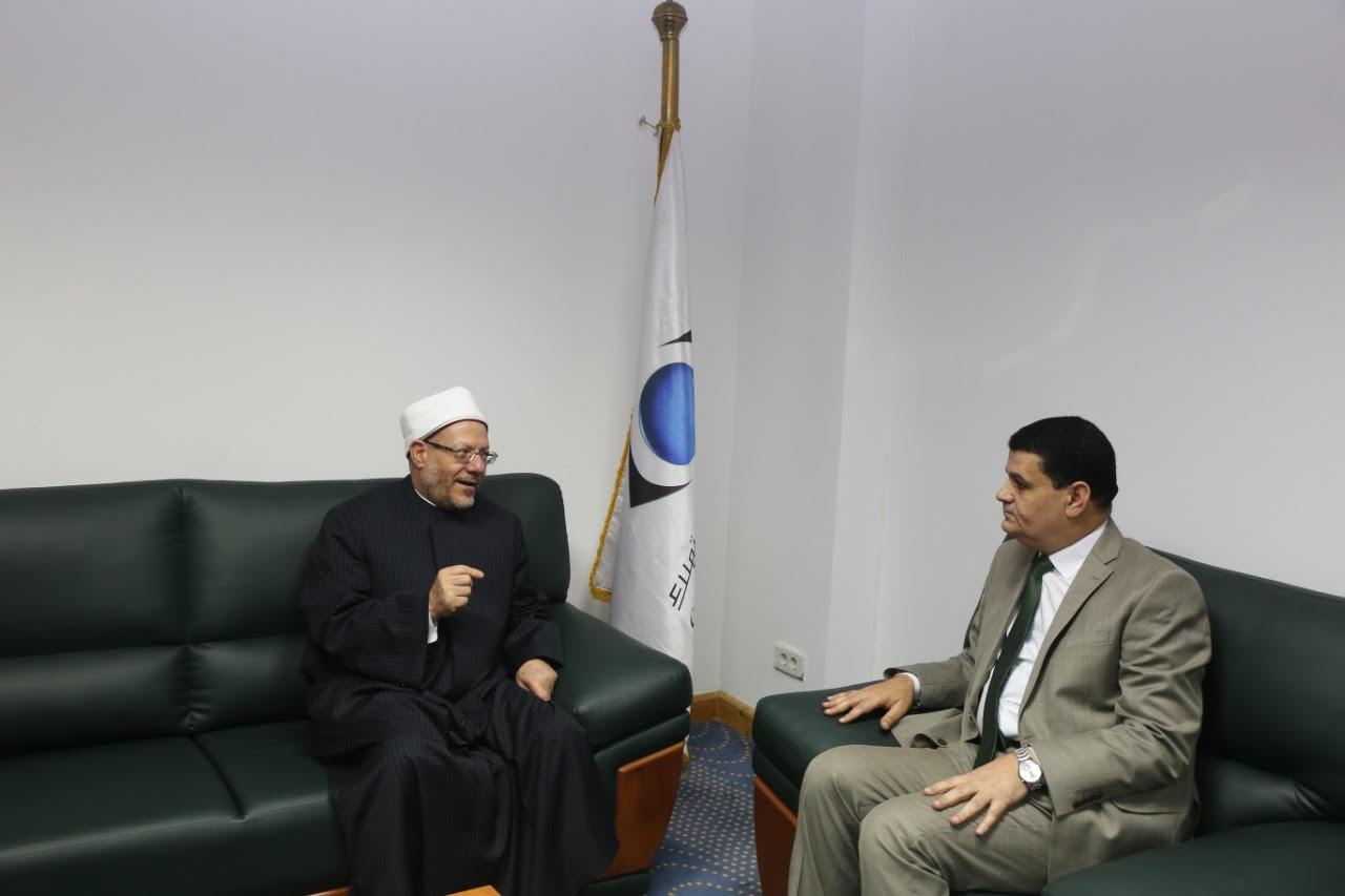 الدكتور شوقى علام  مفتى الديار المصريه  خلال زيارة لجهاز حماية المستهلك  (8)