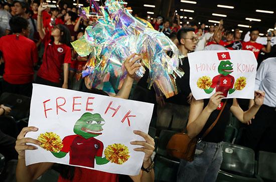 لافتة مكتوب عليها حرروا هونج كونج