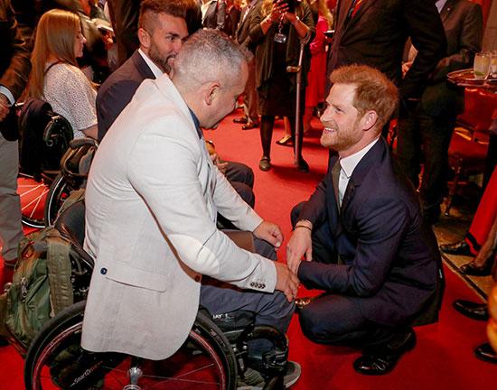 الأمير يتحدث لأحد الحضور