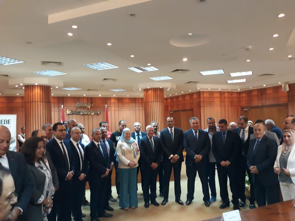 محافظ بورسعيد يوقع بروتوكولا لتمويل تمليك 58 مصنعًا للشباب (1)