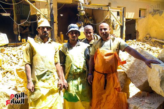عمال مصنع الطوب الحرارى