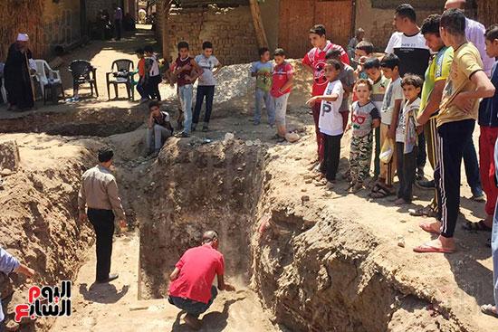 المعبد-الأثرى-المعثور-عليه-بقرية-كوم-أشقاو-(8)