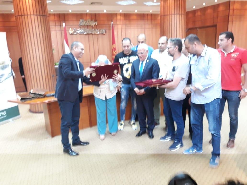 محافظ بورسعيد يوقع بروتوكولا لتمويل تمليك 58 مصنعًا للشباب (4)