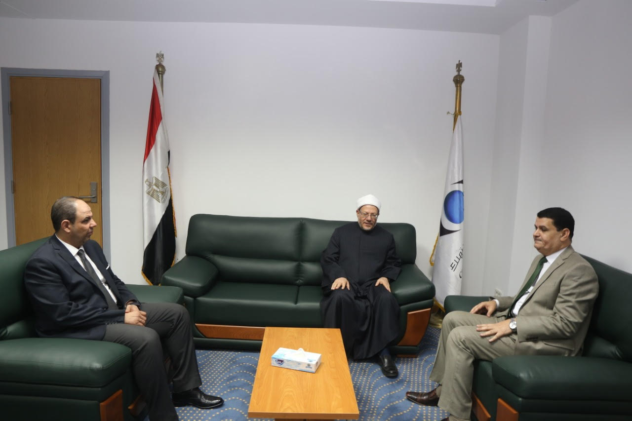 الدكتور شوقى علام  مفتى الديار المصريه  خلال زيارة لجهاز حماية المستهلك  (7)