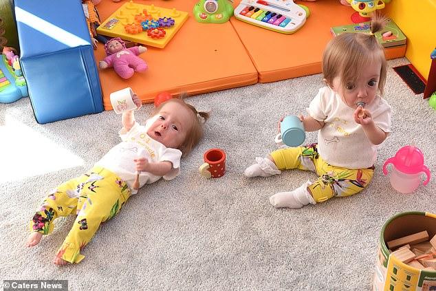 الطفلتان تتحديان رأى الطب