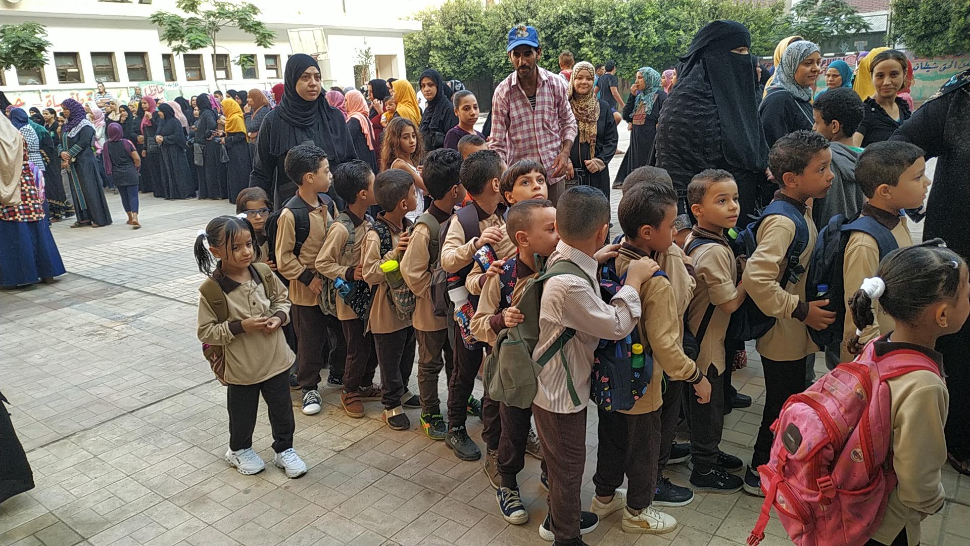 توافد طلاب رياض الأطفال والأول والثانى الابتدائى على المدارس (1)