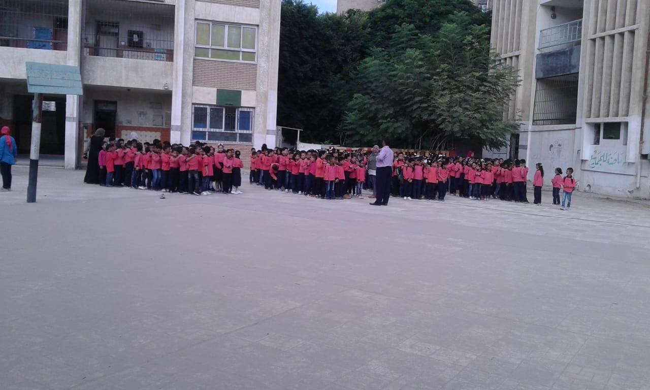 جانب من استقبال الطلاب بالمدارس (1)