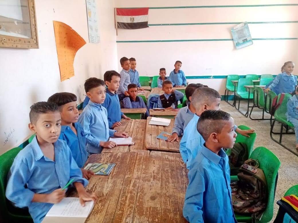 جانب من استقبال الطلاب بالمدارس (12)