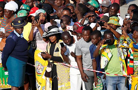 الزيمبابويين يلقون نظرة الوداع على موجابى